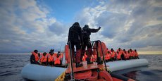 Des migrants portant des gilets de sauvetage sur un canot pneumatique sont photographiés lors d'une opération de sauvetage menée par le navire de sauvetage Ocean Viking exploité par MSF-SOS Mediterranee, au large de la Libye en mer Méditerranée, le 18février2020. Hannah Wallace Bowman / MSF via REUTERS.