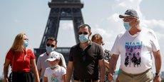 A Paris, habitants et visiteurs doivent désormais porter le masque depuis lundi dans les quartiers les plus fréquentés de la ville pour tenter de freiner un rebond du coronavirus, en dépit de températures caniculaires. La mesure concerne une centaine de rues situées dans la quasi-totalité des arrondissements de la ville.