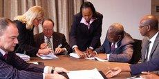 Georges Forrest (BCDC) et James Mwangi (Equity Group) clôture la transaction à Kinshasa le 11 août.