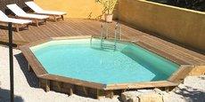 Un modèle de piscine bois semi enterrée proposé par le spécialiste Azialo.