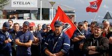 Les salariés de Stelia Aerospace, un sous-traitant d'Airbus, assistent sur le parvis de leur usine de Meaulte (dans la Somme, Hauts-de-France), le 2 juillet dernier, à une assemblée générale avec leurs représentants syndicaux, à la suite de l'annonce par Airbus de supprimer d'ici un an 15.000 emplois pour que l'entreprise survive à la crise du coronavirus.