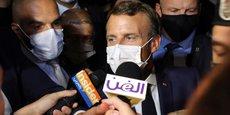 À Rabieh, au Liban, lundi 31 août, Emmanuel Macron répond aux journalistes après sa visite à la diva Fairouz qui, à 85 ans, est considérée comme la plus grande chanteuse arabe vivante. Mardi soir, le président français doit rencontrer les représentants des neufs partis politiques libanais, pour discuter des réformes nécessaires dans le pays et de l'aide internationale après la catastrophe du port de Beyrouth le 4 août.