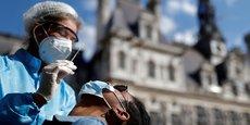 Un agent de santé, portant combinaison de protection et masque facial, se prépare à administrer un écouvillon nasal à un patient sur un site de test de la maladie à coronavirus (Covid-19) installé place de l'Hôtel-de-Ville, devant la mairie de Paris, le 2 septembre 2020.
