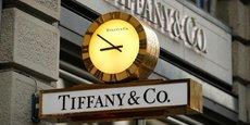 LVMH dit avoir demandé au tribunal de rejeter la demande de Tiffany de statuer dans un délai si court qu'il serait incompatible avec une administration de la justice dans la sérénité. (Photo d'illustration : gros plan sur l'enseigne surmontée d'une horloge du magasin du joaillier américain Tiffany dans la rue commerçante Bahnhofstrasse à Zurich le 23 décembre 2013.)