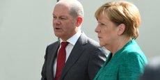 Le ministre des Finances Olaf Scholz (à g.), en présence de la chancelière Angela Merkel.