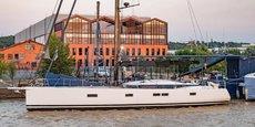 Un yacht monocoque de CNB en test sur le bassin à flot N°1, devant le siège de Cdiscount.