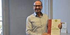 Georges Rawadi avec les brevets concernant la bactérie Christensenella dont LNC Therapeutics a acquis les droits d'exploitation exclusifs auprès de l'université Cornell (Ithaca/Etat de New York).
