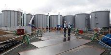 Ces quelque 1,25 million de tonnes d'eau contaminée par la radioactivité, stockées tout autour de la centrale, ont été retraitées par filtration à plusieurs reprises pour la débarrasser de la plupart des substances radioactives (radionucléides), mais pas du tritium, lequel ne peut pas être éliminé avec les techniques actuelles. Cette photo du 1er mars 2013 montre quelques-uns des réservoirs de ces rejets liquides.