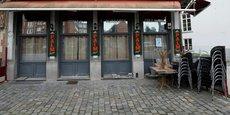En Belgique, un couvre-feu est mis en place de minuit à 05H00 du matin, et tous les cafés et restaurants du pays devront fermer lundi pour au moins un mois.