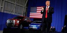 En visite dans le Michigan, le président Donald Trump vante les véhicules fabriqués aux États-Unis lors de son discours le 15 mars 2017 à l'American Center for Mobility.