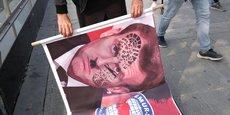 Hier mardi 27 octobre 2020, des manifestants agitent des banderoles fustigeant le président de la République française, Emmanuel Macron, lors d'une manifestation contre la France, à Istanbul (Turquie). Photo: Murad Sezer / Reuters.