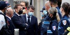 Ce jeudi 29 octobre, quelques heures après l'attaque au couteau à l'église Notre-Dame de Nice, le président français Emmanuel Macron était sur les lieux de l'attentat en compagnie du maire de Nice Christian Estrosi (ici, à sa gauche, bouleversé).