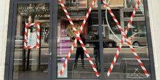 Parmi les secteurs les plus concernés, la restauration, qui regroupe près de 40.000 emplois salariés. A Grenoble, le mouvement Les Vivants Grenoblois s'est emparé des vitrines pour en faire un symbole.