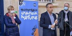Le maire (EELV) de Bordeaux Pierre Hurmic, au centre, encadré par Andréa Kiss, vice-présidente (PS) de Bordeaux Métropole, et Didier Jeanjean, son adjoint chargé de la nature en ville et des quartiers apaisés.