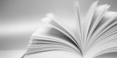 Le premier volume de l'Encyclopaedia Universalis est paru en France en 1968, sous la direction de Claude Grégory, décédé en avril 2010. Universalis sortait jusqu'en 2012 une nouvelle version de son encyclopédie papier tous les 3 ou 4 ans qu'elle distribuait essentiellement par correspondance ou grâce à la vente au porte à porte.