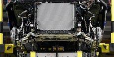 Batterie installée sur un modèle électrique Mercedes-Benz EQC sur une chaîne de production du constructeur à Brême en Allemagne.
