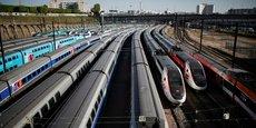 Des TGV sont stationnés près de la gare de Lyon à Paris lors du confinement pour limiter la propagation du coronavirus.