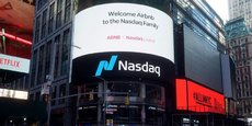 Pour fêter l'introduction en Bourse d'Airbnb, le Nasdaq a déployé le logo de la plateforme et des images de son activité sur sa façade en surplomb de la mythique place de Times Square à New York.