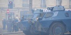 Contemporains de la Renault 12, les véhicules blindés à roues de la Gendarmerie, les antédiluviens VBRG (ici dans les rues de Paris) vont être enfin remplacés
