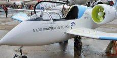 Le premier vol officiel de l'avion-école électrique E-Fan a été salué par le ministre de l'Économie, Arnaud Montebourg, le 25 avril dernier, à Mérignac. / DR