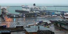 À Douvres, en Angleterre, lundi 21 décembre, le transport de marchandises est bloqué, les camions doivent débarquer des ferries qui ont interdiction de franchir la Manche depuis la rupture des liaisons avec le continent à cause de l'aggravation de l'épidémie au Royaume-Uni.