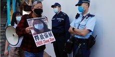 À Hong Kong, en Chine, le 28 décembre 2020, des militants pour la démocratie manifestent pour demander la libération de la journaliste-citoyenne Zhang Zhan devant le bureau de liaison chinois.