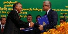 Le président de KrisEnergy Group, Tan Ek Kia (à gauche), lors de la signature le 23 août 2017 à Phnom Penh de l'accord sur la concession pétrolière avec le ministre cambodgien de l'Economie et des Finances Aun Pornmoniroth. KrisEnergy détient actuellement 95% de la concession où vient d'être extrait le pétrole, le reste appartenant au gouvernement cambodgien.