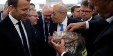 Emmanuel Macron visite le marché aux poissons du port de Guilvinec, le 21 juin 2018.