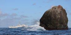 Le rocher de Rockall est situé à 400 km des côtes de l'Écosse et donc devrait être dans les eaux internationales où les pêcheurs européens peuvent aller librement. Problème: le Royaume-Uni a annexé ce petit rocher en 1955, annexion jamais reconnue par le voisin irlandais. (Ceci est une photo d'illustration, prise en 2012, le navire de patrouille derrière est irlandais.)