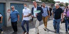 Le nouveau maire d'extrême-droite du Rassemblement National (RN), Louis Aliot, rencontre les habitants de la résidence des Oiseaux le 9 juillet 2020 à Perpignan, dans le sud de la France.