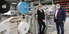 Cécile Lafon, directrice commericale et Philippe Billebault, président d'Aertec devant la machine automatisée de masques chirurgicaux.