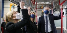 En visite au sein du constructeur de bus à hydrogène Safra, jeudi 25 février, Bruno Le Maire a pris un engagement fort dans le dossier Bosch Rodez, aux côtés de la ministre déléguée à l'Industrie, Agnès Pannier-Runacher.