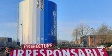 Dès le lendemain de la publication de l'arrêté préfectoral autorisant la construction d'un entrepôt XXL dans la banlieue rouennaise, les opposants ont déployé une banderole accusatrice sur les quais de Seine.