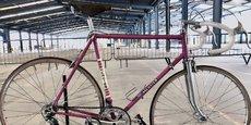 Un vélo vintage, modèle historique produit par la marque Mercier, est exposé dans la friche industrielle Porcher à Revin (Ardennes). Les Cycles Mercier s'apprêtent à relancer la production de vélos en France et promettent 250 emplois dans cinq ans.