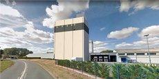 Une tour de mélange en béton de 43 mètres est en construction sur le site Bonilait de Chasseneuil-du-Poitou, dans la Vienne.