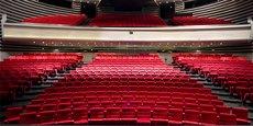 Le théâtre de Nîmes, vide, attend impatiemment le retour du public.