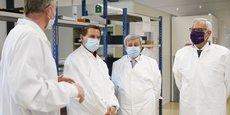 En visite au sein de l'entreprise Microtec, lauréate de France Relance, le président de la CCI Occitanie Alain Di Crescenzo (à droite) et le préfet Étienne Guyot (à sa droite) ont dévoilé un nouveau partenariat pour augmenter le nombre de lauréats en Occitanie.