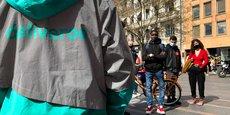 Une cinquantaine de livreurs Deliveroo se sont fait entendre ce vendredi 26 mars devant la bouche de métro Capitole à Toulouse.
