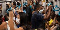 Le Brésil, pays de 211 millions d'habitants, est celui ayant enregistré le plus grand nombre de nouvelles contaminations cette semaine, avec 74.200 nouveaux cas quotidiens (-4%), devant les États-Unis (66.200, +14%), l'Inde (62.000, +39%), la France (38.700, +12%). (Photo prise ce matin, vendredi 2 avril 202, dans le métro de Rio de Janeiro).