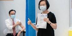 Photo d'illustration: le 22 mars 2021, Sophia Chan, la secrétaire à l'Alimentation et à la Santé de Hong Kong montre son certificat de vaccination après avoir reçu sa deuxième dose de CoronaVac, le vaccin chinois de Sinovac, lors d'une journée de vaccination des responsables du gouvernement de Hong Kong.