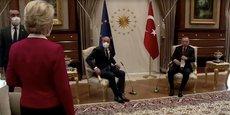 La présidente de la Commission européenne Ursula von der Leyen n'a d'autre choix que de rester debout tandis que le président du Conseil européen Charles Michel et le président turc s'installent dans leurs fauteuils, lors du sommet UE-Turquie, mardi dernier à Ankara.