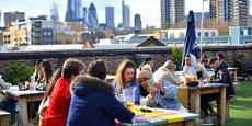 Les Londoniens profitent de la réouverture des bars en terrasse, ce lundi 12 avril 2021. Crédits: REUTERS/Dylan Martinez.