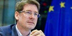 L'automobile, enjeu des législations environnementales européennes : la nouvelle proposition de standard CO2 va aboutir de facto à ce que les voitures thermiques, essence et diesel, ne puissent plus être commercialisées en 2035, prévient Pascal Canfin.