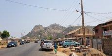 Photo d'illustration: exemple de réseau électrique aérien le long de la route qui mène aux collines de Savè (Bénin).