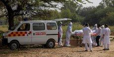 En Inde, plus de 1.000 décès quotidiens sont recensés dans ce pays de 1,3 milliard d'habitants.