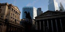 La banque d'Angleterre (fronton de gauche) dans la quartier financier de Londres.