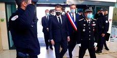 Emmanuel Macron avec Michaël Delafosse et le préfet de l'Hérault, lors d'un déplacement à Montpellier le 19 avril 2021.