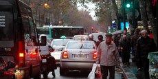 Le prospectus de la consultation disponible sur le site de la mairie de Paris, précise que, le trafic de transit, c'est-à-dire les véhicules traversant la zone sans s'y arrêter, [sera] généralement interdit. Photo d'illustration : embouteillage à Paris dans le secteur des grands boulevards au centre de Paris.