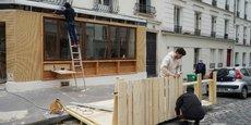 Photo d'illustration : jeudi 13 mai, à Paris, à l'image de ce restaurant, de nombreux autres établissements s'attellent à remettre en place des terrasses éphémères flambant neuves dans la perspective de la réouverture, mercredi 19 mai, des espaces extérieurs des cafés et restaurants.