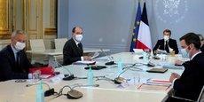 Un Conseil de défense sanitaire à l'Elysée, autour d'Emmanuel Macron.